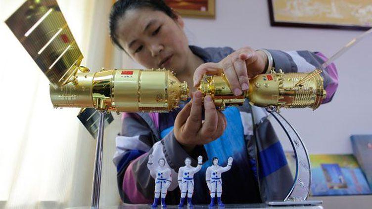 Lorsque les Soviétiques envoient en 1961 dans l'espace leur premier cosmonauteYouri Gagarine, la Chine, qui jusqu'à là ne s'intéressait qu'aux satellites, commence à étudier les vols habités. Des accords sont envisagés entre les deux pays mais les discussions n'aboutissent pas.  Pékin relègue alors au second plan les vols habités. (REUTERS/Jason Lee)