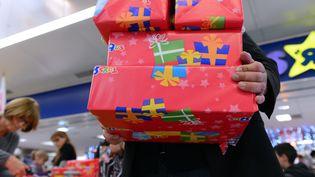 Des clients font leurs achats de Noël dans un magasin de jouets, le 15 décembre 2012, à Saint-Pierre-des-Corps (Indre-et-Loire). (ALAIN JOCARD / AFP)