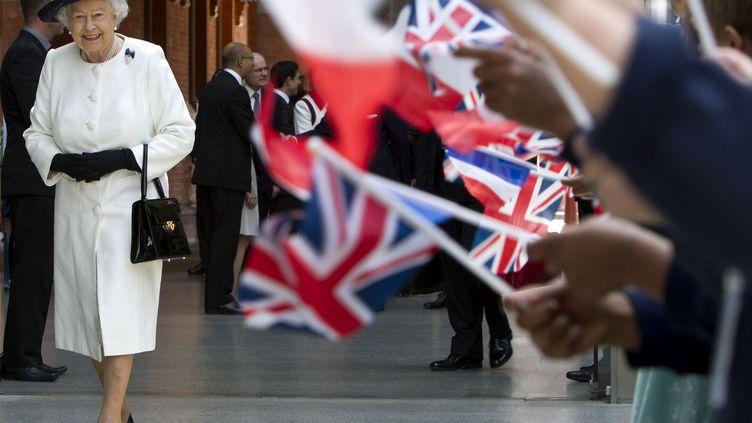 Elizabeth II prend le train pour Paris à la gare londonienne de Saint-Pancras (Royaume-Uni), le 5 juin 2014. (HEATHCLIFF O'MALLEY / AFP)