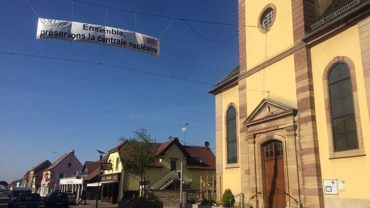 Le 6 avril 2017 dans la rue principale de Fessenheim (Haut-Rhin), les habitants sont plus mobilisés que jamais contre le projet de fermeture de la centrale nucléaire. (LICIA MEYSENQ / FRANCEINFO)