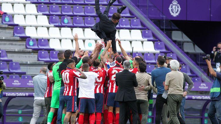 Diego Simeone porté par ses joueurs après le 11e titre de champion d'Espagne de l'Atlético de Madrid, le 22 mai 2021. (IRH / SPAIN DPPI)