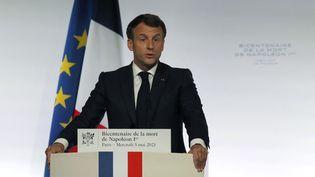 Emmanuel Macron prononce un discours à l'occasion du bicentennaire de la mort de Napoléon, le 5 mai 2021,à l'Institut de France à Paris. (MICHEL EULER / AFP)