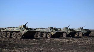 Des soldats ukrainiens patrouillent près de la frontière russedans le Donbass, le 12 avril 2021. (UKRAINIAN ARMED FORCES / HANDOUT / ANADOLU AGENCY / AFP)
