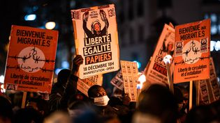 Des personnes manifestent à Paris lors de la journée internationale des migrants, le 18 décembre 2020. (XOS BOUZAS / HANS LUCAS / AFP)