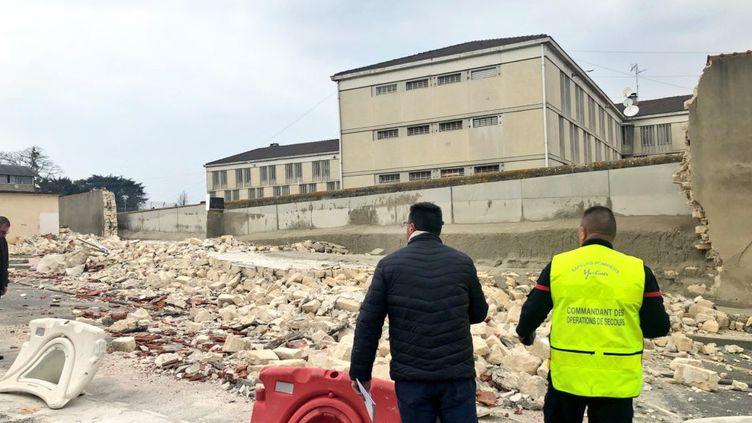 Le mur extérieur effondré de la prison de Poissy (Yvelines), le 28 mars 2019. (MAIRIE DE POISSY)