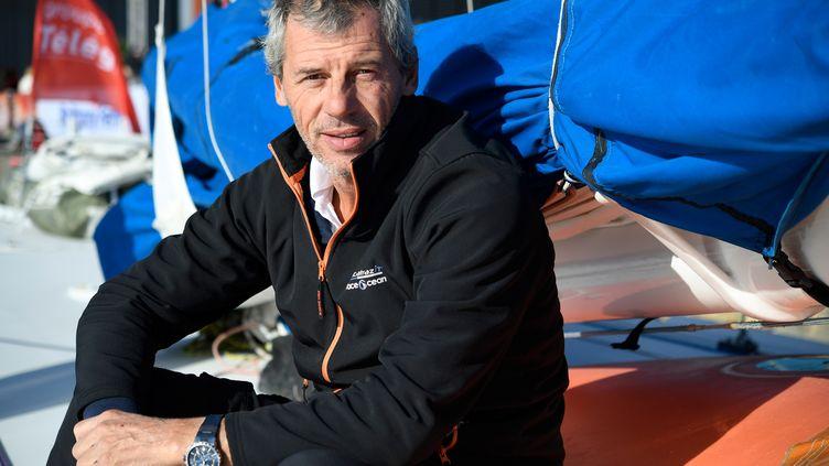 Le skipper français Sébastien Destremeau sur son bateau, avant le départ de la Route du Rhum, le 3 novembre 2018 à Saint-Malo. (FRED TANNEAU / AFP)