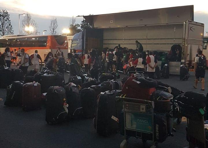Difficile parfois de retrouver ses bagages au milieu de tous ceux des sportifs français prenant le même avion que Cécilia Berder pour rentrer en France. (CECILIA BERDER / RADIO FRANCE)