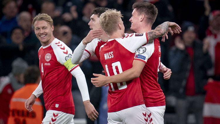 Les Danois célèbrent leur victoire contre l'Ecosse, à Copenhague, le 12 octobre 2021. (LISELOTTE SABROE / RITZAU SCANPIX)