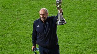L'entraîneur de Montpellier, Philippe Saint-André, soulève le trophée de la Challenge Cup après la victoire de ses hommes en finale, vendredi 21 mai. (GLYN KIRK / AFP)