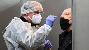 Un test réalisé lors d'une opération de grande envergure à Roubaix (Nord), le 11 janvier 2021. (DENIS CHARLET / AFP)