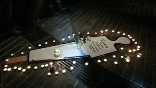 Des bougies en hommage à Razia, mère de famille victime de violences conjugales, tuée le 30 octobre 2018 à Besançon. (ANNE FAUVARQUE / MAXPPP)