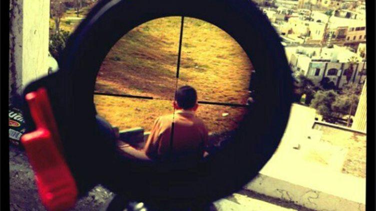 Photo de l'arrière du crâne d'un enfant palestinien dans le viseur d'un fusil à lunette, postée sur le site de partage Instagram et retirée depuis. (ELECTRONICINTIFADA.NET / FRANCETV INFO)