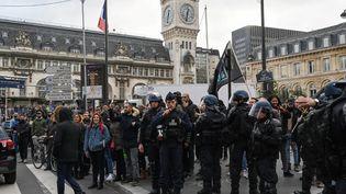 Les CRS mobilisés à la gare de Lyon, le 23 décembre 2019 à Paris, après que des manifestants ont fait irruption dans la station de métro située sous la gare. (DOMINIQUE FAGET / AFP)