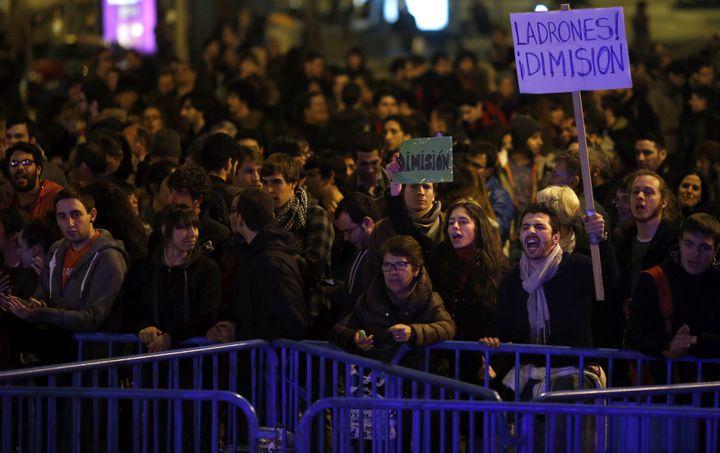 Des manifestants demandent la démission du Premier ministre espagnol, Mariano Rajoy, devant le siège du PP à Madrid (Espagne) le 31 janvier 2013. (SUSANA VERA / REUTERS )