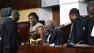 Simone Gbagbo, aux côtés de ses avocats, lors de la réouverture de son procès en octobre 2016 à Abidjan, la capitale économique de la Côte d'Ivoire. (SIA KAMBOU / AFP)