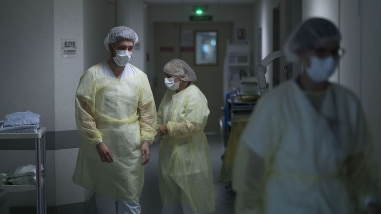 Des membres du personnel soignants à l'hôpital Emile Muller de Mulhouse dans le Haut-Rhin, le 29 avril 2020 (photo d'illustation). (SEBASTIEN BOZON / AFP)