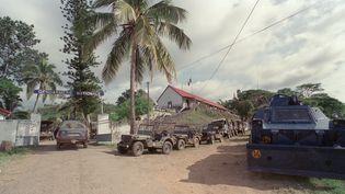 Des renforts sont positionnés, le 27 avril 1988, près de la gendarmerie de Canala, où des civils se sont réfugiés, pendant la prise d'otages de la grotte d'Ouvéa. (REMY MOYEN / AFP)