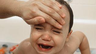 Une forte fièvre fait partie des symptômes qui doivent alerter en cas de de méningite à méningocoque. (ED LALLO / GETTY IMAGES )
