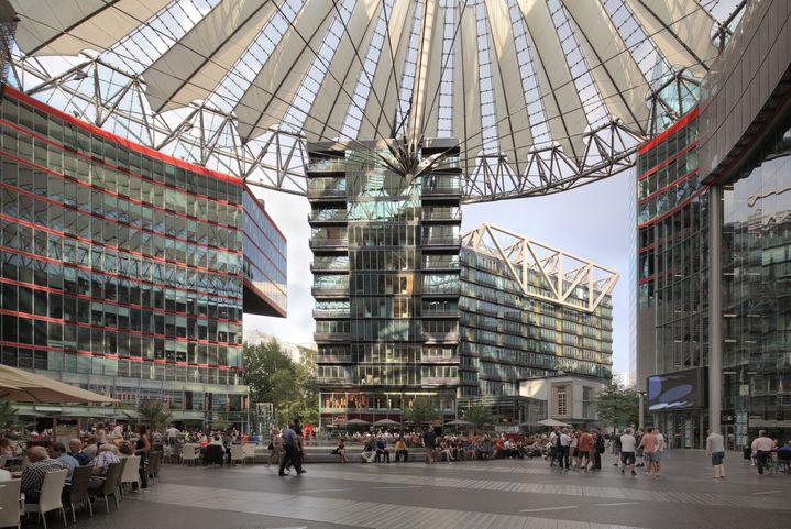 Le bâtiment Sony Center, conçu par Helmut Jahn, sur la Potsdamer Platz, Berlin, Allemagne. (MANUEL COHEN / MANUEL COHEN)