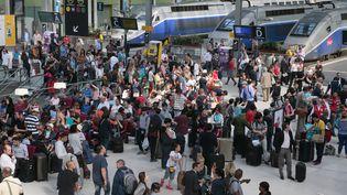 Des vacanciers en gare de Lyon, à Paris, le 31 juillet 2015. (JACQUES DEMARTHON / AFP)