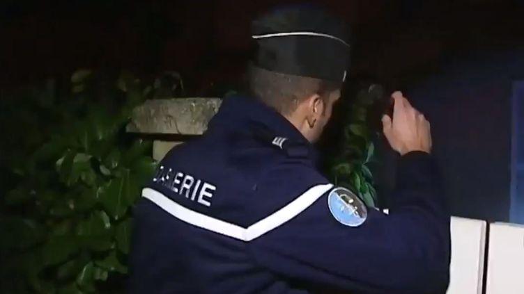 Un gendarme patrouille dans la nuit du 20 au 21 janvier 2014 à La Londe-les-Maures (Var) pour éviter les pillages après lesinondations. ( FRANCE 2 / FRANCETV INFO)