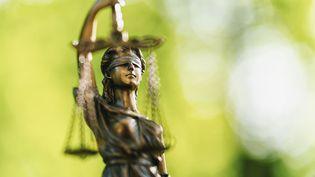 Photographie d'une statue en bronzereprésentant la justice. (CLASSEN RAFAEL / EYEEM / GETTY IMAGES)