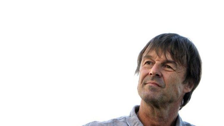 Nicolas Hulot lors de la visite d'une ferme à Fervaches le 4 Juillet 2011 (AFP PHOTO KENZO TRIBOUILLARD)