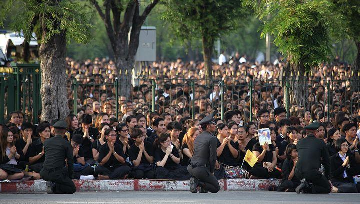Chaque jour, des milliers de Thaïlandais, vêtus de noir, viennentrendre hommage auroiBhumibol. (LIONEL DE CONINCK / FRANCE TELEVISIONS)