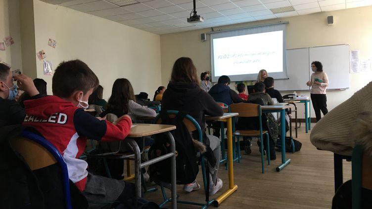 Le harcèlement scolaire évoqué dans une pièce de théâtre face aux élèves de 6ème du collège Georges de la Tour à Metz, le 23 mars 2021. (JULIE SENIURA / FRANCE-BLEU LORRAINE NORD)