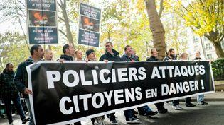 Des policiers manifestent à Paris, le 26 octobre 2016. (SIMON GUILLEMIN / HANS LUCAS / AFP)