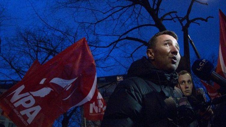 Olivier Besancenot manifeste devant l'ambassade de Grèce à Paris, le 13 février 2012. (JOEL SAGET / AFP)
