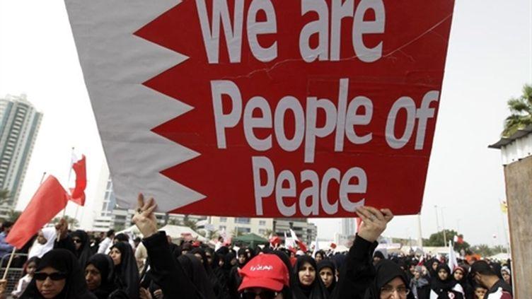 """""""Nous sommes des gens de paix"""", clame une banderole de manifestants barheïnis (21/02/2011) (AFP / Joseph Eid)"""