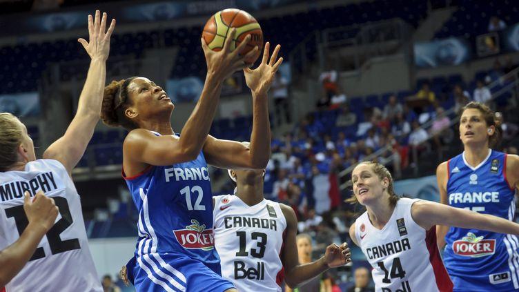 Marielle Amant, enfermée au milieu de trois joueuses canadiennes (OZAN KOSE / AFP)
