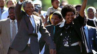 Nelson Mandela, accompagné de sa femme Winnie, lors de sa libération le 11 février 1990, au Cap, après 27 ans de détention. (ULLI MICHEL / REUTERS)