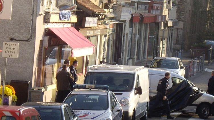 La police à Vienne (Isère), après la découverte des corps de deux enfants et de leur mère dans un appartement,le 15 novembre 2012. (CITIZENSIDE / AFP)