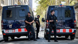 Des policiers catalans devant La Rambla à Barcelone, le 20 août 2017. (MATTHIAS BALK / AFP)