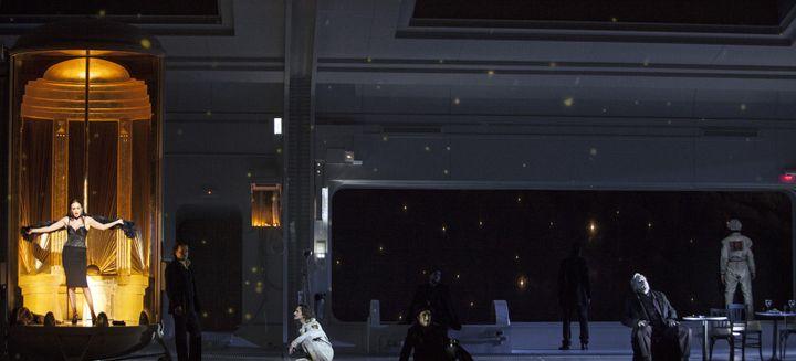 """La Bohème"" de Puccini à l'Opéra Bastille : la scène où Musetta (Aida Garifullina) chante ""Quando men vo soletta per la via"".  (Bernd Uhlig / Opéra national de Paris)"