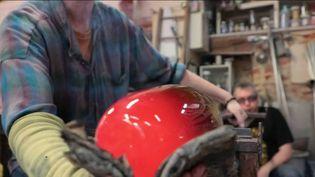 Les 60 000 artisans d'art de France s'accrochent malgré la crise sanitaire. Privés de salons et de lieux de vente, ils continuent de transmettre leur savoir-faire aux plus jeunes. (France 3)