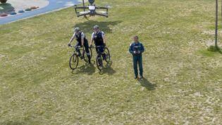 Des policiers regardent une démonstration de surveillance à l'aide d'un drone, le 24 avril 2020, à Metz (Meurthe-et-Moselle). (JEAN-CHRISTOPHE VERHAEGEN / AFP)
