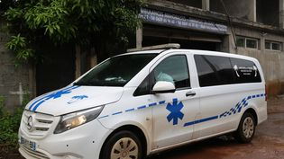 Une ambulance à Mayotte, le 8 mars 2021. (ALI AL-DAHER / AFP)