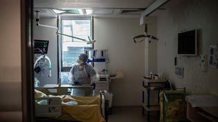 Un médecin discute avec un patient malade du Covid-19 dans un service de réanimation, à l'hôpital Saint-Louis, à Paris, le 28 mai 2020. (MARTIN BUREAU / AFP)