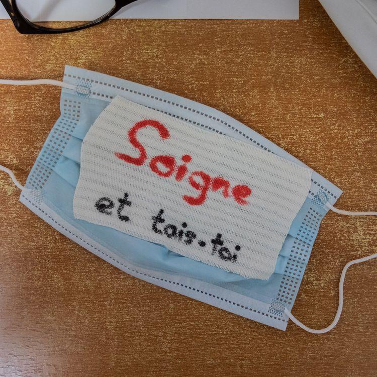 Lemasque chirurgical d'un membre du personnel hospitalier en grève, à Paris, le 7 novembre 2019. (UGO PADOVANI / HANS LUCAS / AFP)
