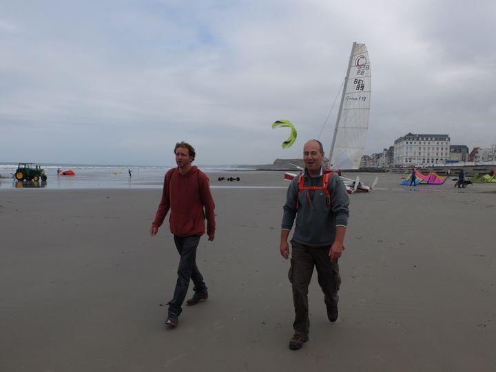Jonathan Hénichart et Laurent Colasse sur la plage de Wimereux (Pas-de-Calais), dimanche 2 juillet 2017. (MARIE-ADELAÏDE SCIGACZ / FRANCEINFO)