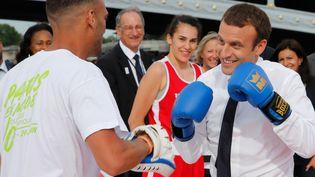 Emmanuel Macron, le 24 juin 2017 sur la Seine, lors d'une opération desoutien à la candidature de Paris aux Jeux olympiques de 2024. (JEAN-PAUL PELISSIER / POOL)