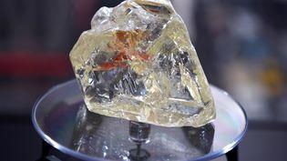 """Le """"Diamant de la paix"""" lors de sa vente aux enchères à New York (Etats-Unis), le 4 décembre 2017, après sa découverte en Sierra Leone. (TIMOTHY A. CLARY / AFP)"""