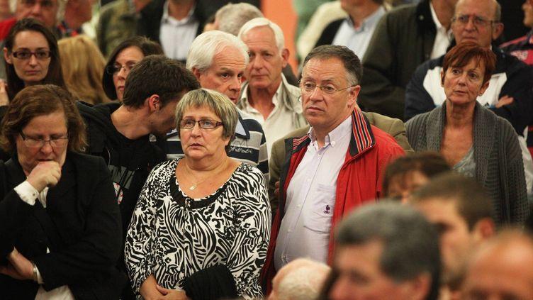 Le candidat communiste à l'élection cantonale partielle de Brignoles (Var), Laurent Carratala (en veste rouge), entouré par ses soutiens durant le dépouillement, le 6 octobre 2013. (MAXPPP)