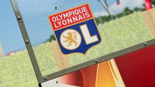 Le logo de l'Olympique lyonnaiscollé sur un banc au stade olympique de Munich (Allemange). Photo d'illustration. (SVEN HOPPE / DPA)