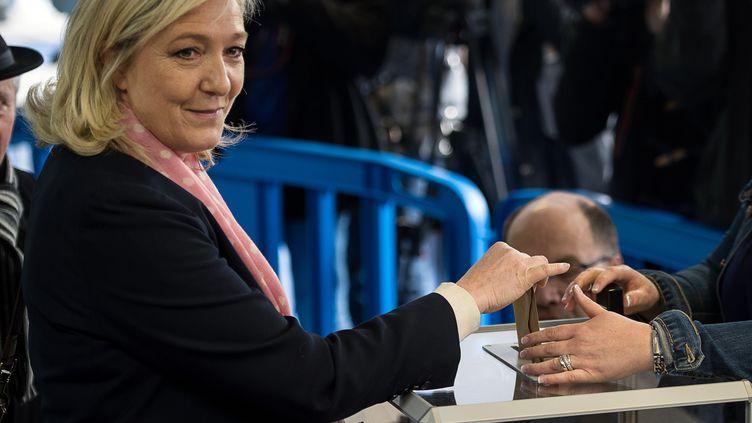 La présidente du Front national, Marine Le Pen, vote pour les départementales,le 22 mars 2015, à Hénin-Beaumont (Pas-de-Calais). (DENIS CHARLET / AFP)
