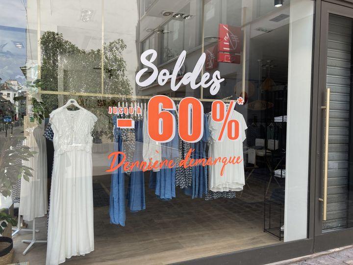 Les magasins de vêtements peinent à écouler leurs stocks alors que les soldes d'été touchent à leur fin. (AUDREY MORELLATO / FRANCE-INFO)