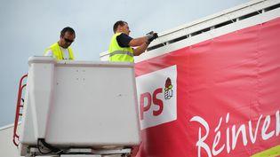 Des employés sur le site de l'université d'été du PS à La Rochelle, en août 2014. (XAVIER LEOTY / AFP)